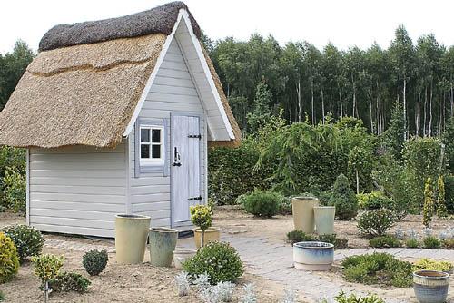 casita de madera y paja